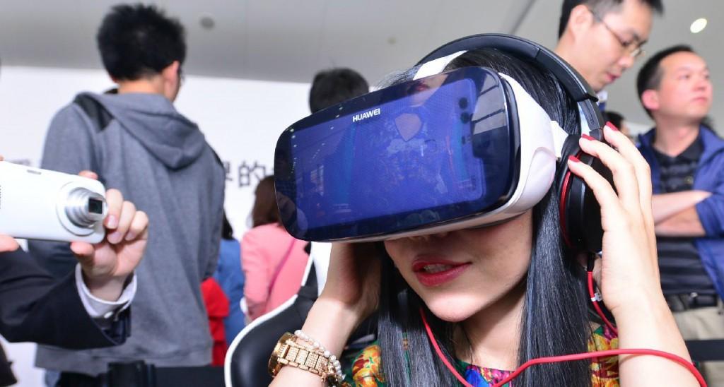 Foto de usuario utilizando el Huawei VR. Imagen: ENGADGET