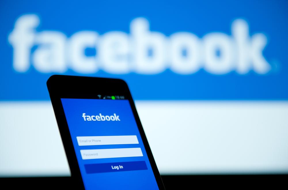 España multa a Facebook